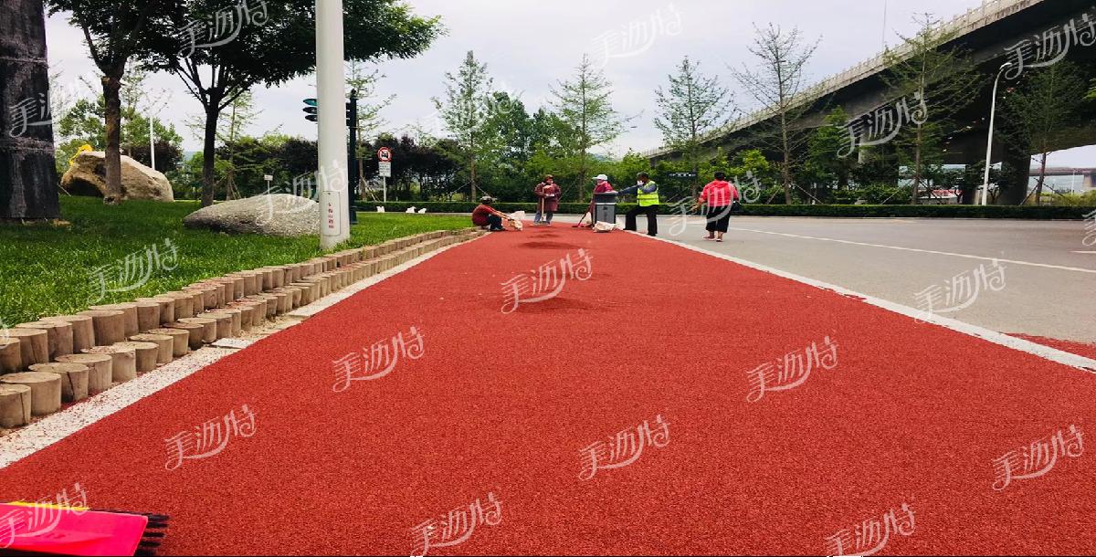 危险区域转弯处铺设红色陶瓷颗粒防滑路面